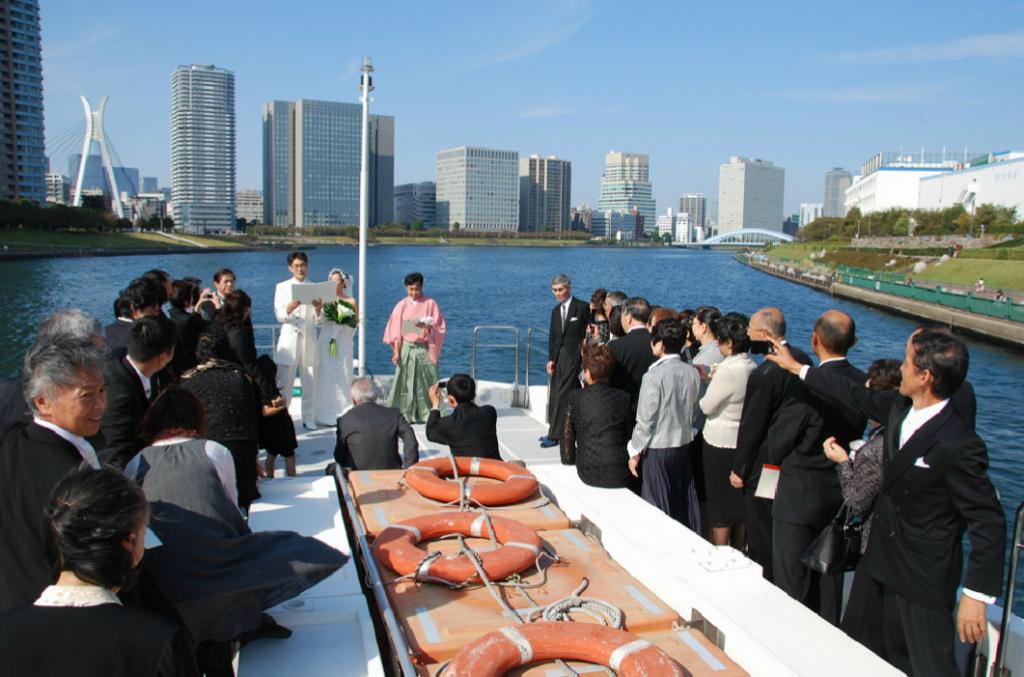 屋形船で貸切の結婚式